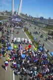 以纪念第一个玛雅人的一次庆祝的游行 在桥梁的人步行 图库摄影