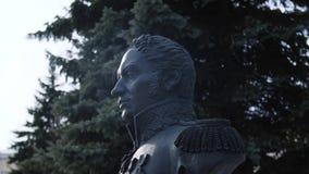 纪念纪念碑特写镜头视图对俄国军事司令员或将军的在反对灰色天空的针叶树附近 股票录像