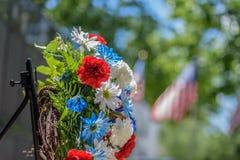 纪念花圈在退伍军人前面放置了纪念在公园在晴朗的阵亡将士纪念日 免版税库存照片