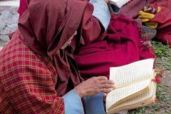 纪念Chorten的和尚,廷布,不丹 免版税库存图片