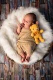 年纪新出生的婴孩2个星期与他的第一个玩具 免版税库存图片