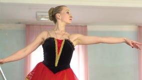 纬向条花的芭蕾舞女演员 股票视频