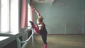 纬向条花的芭蕾舞女演员 影视素材