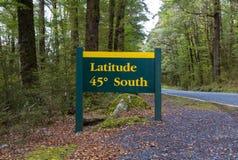 纬度45度路标Te安纳乌Milford高速公路,峡湾国家公园,新西兰 免版税库存照片