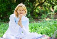纯净和嫩概念 妇女享用放松自然背景 夫人享受招标花芬芳 阴物和 库存照片