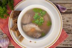 纯净牛肉汤、肉汤在白色碗和菜在木桌上 土气样式 顶视图 免版税图库摄影