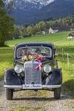 纯净的乡情-与婚礼的经典汽车 免版税库存图片