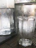 纯净的冷的水的关闭玻璃  免版税库存照片