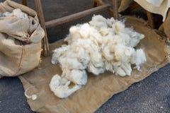 纯净的初剪羊毛递与传统方法一起使用 图库摄影
