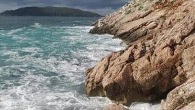纯净的大海海,打破和飞溅冒险的沿海波浪在沿海海浪岩石 英尺长度 夏天 股票视频