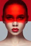 纯净的完善的皮肤和自然构成,护肤,自然化妆用品 长的睫毛和大眼睛,在面孔的红色影片 美丽 免版税库存图片