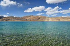 纯净的山湖透明水 库存照片