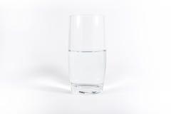 纯净的干净的杯水简单的Minimalistic白色背景N 库存图片