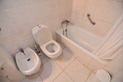 纯净的白色卫生间内部 库存图片