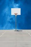 纯净的白色篮球标准或蓝球板有多云背景 库存图片