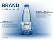 纯净的矿泉水广告,有水下落元素的塑料瓶在蓝色背景 透明饮用水瓶 皇族释放例证