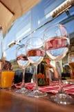 纯净的饮用水玻璃行在夏天大阳台咖啡馆的 图库摄影
