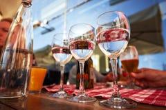 纯净的饮用水玻璃行在夏天大阳台咖啡馆的 免版税库存图片
