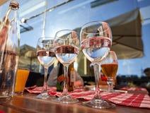 纯净的饮用水玻璃行在夏天大阳台咖啡馆的 免版税图库摄影