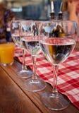纯净的饮用水玻璃行在夏天大阳台咖啡馆的 库存图片