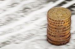 纯正的在英国货币堆的磅贬值贬值减少价值概念特写镜头宏观视图一1英镑硬币 免版税库存照片