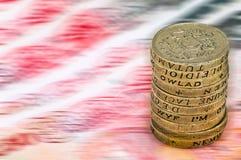 纯正的在英国货币堆的磅贬值贬值减少价值概念特写镜头宏观视图一1英镑硬币 免版税图库摄影