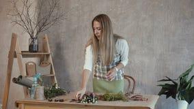 纯熟卖花人削减花的末端与pruner的 影视素材