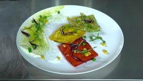 纯熟厨师做的可口色的薄煎饼在餐馆 影视素材