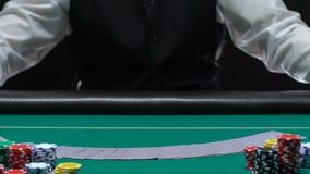 纯熟赌博娱乐场经销商传播的甲板卡片和转动在桌,职业上 股票录像