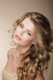 纯秀丽 有完善的卷曲灰色头发的精妙的妇女 免版税图库摄影