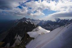 纯粹山脉的登山家 图库摄影