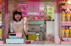 绉纱和冰淇凌供营商原宿的竹下街道的 库存照片
