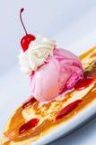 绉纱用冰淇凌草莓 库存照片