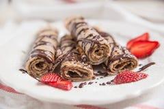 绉纱用巧克力和草莓 免版税库存照片