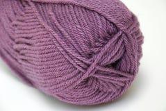 纱线的bal接近的多灰尘的紫色 免版税库存照片