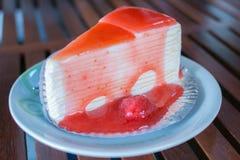 绉纱草莓蛋糕 免版税库存照片