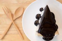 绉纱蛋糕用巧克力汁。 免版税库存图片