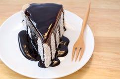 绉纱蛋糕用巧克力汁。 库存照片