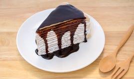 绉纱蛋糕用巧克力汁。 库存图片