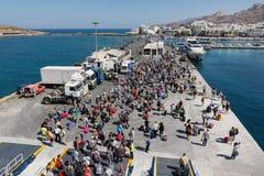 纳克索斯,希腊- 2016年9月17日:乘客和汽车从船下船在纳克索斯港在希腊 图库摄影