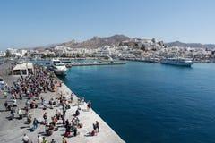 纳克索斯,希腊- 2016年9月17日:乘客和汽车从船下船在纳克索斯港在希腊 库存图片
