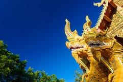 纳卡人在佛教寺庙附近的蛇雕象 库存图片