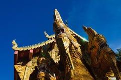 纳卡人在佛教寺庙附近的蛇雕象 免版税图库摄影