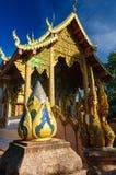 纳卡人在佛教寺庙附近的蛇雕象 免版税库存图片
