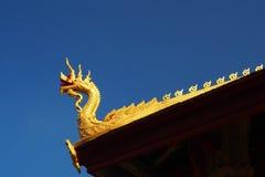 纳卡人在老挝寺庙山墙的结构装饰在蓝天的 图库摄影