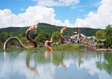 纳卡人雕象小组的国王在山和蓝色sk的池塘 免版税库存照片