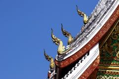 纳卡语绿色在老挝寺庙屋顶的 免版税库存照片