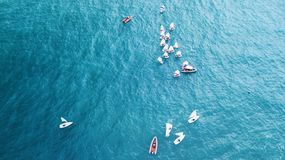 纳哈里亚,以色列2018年3月10日:航行在镇静水域中的小风船在纳哈里亚,以色列 鸟瞰图 库存图片