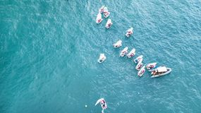 纳哈里亚,以色列2018年3月10日:航行在镇静水域中的小风船在纳哈里亚,以色列 鸟瞰图 免版税图库摄影