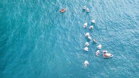 纳哈里亚,以色列2018年3月10日:航行在镇静水域中的小风船在纳哈里亚,以色列 鸟瞰图 免版税库存照片